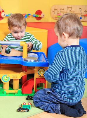 Babysitter sollten Kinder sinnvoll beschäftigen können. (Bild: Kaarsten - Fotolia)